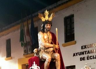 La imagen de la Coronación de Espinas presidio anoche el Vía Crucis Penitencial del Consejo General de Hermandades y Cofradías de Écija.